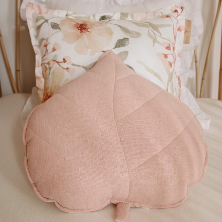 coussin en lin feuille light pink