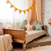 Ce joli lit junior vintage aux dimensions de 70 cm x 140 cm est parfait pour les enfants à partir de 3 ans environ :-)   Il permet de faire une transition toute en douceur entre le lit bébé et le lit des grands:-)    #kidsroom #babyroom #decorationinterieur #decorforkids #kidsdecor #decochambrebebe #chambrebebe #chambreenfant #futuremaman #woodiessafedreams # woodiessafedreams.fr #litjunior #litbébé #litenfant