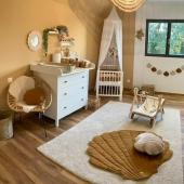 Inspiration chambre bébé par @lacasadelopaise :-) Tons naturels et accessoires soigneusement choisis créent une ambiance unique dans cette jolie chambre :-) Vous y trouverez : Tapis de jeux en lin couleur caramel Coussin coquillage en lin carmel  Guirlande coquillage en lin sable et caramel  Tout est disponible sur petit bison :-)  Photo : @lacasadelopaise #kidsroom #babyroom #decorationinterieur #decorforkids #kidsdecor #decochambrebebe #chambrebebe #chambreenfant #chambrebébé #futuremaman #nature #bebe #moimili #petibisonboutique #tapis #coquillage #lin #guirlande #tapiscoquillage