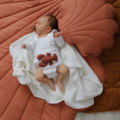 Nouveau ! Ce joli tapis coquillage en lin est maintenant disponible en version papaya :-) À sortir avec les coussins feuille ou coquillage de la même couleur :-)   Photo : @thebirthoflove   #kidsroom #babyroom #decorationinterieur #decorforkids #kidsdecor #decochambrebebe #chambrebebe #chambreenfant #futuremaman #nature #bebe #petibisonboutique #moimili #tapisbébé #coquillage #coussin #cadeaunaissance #cadeaudenaissance #coussin