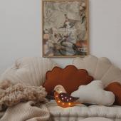 Adorable petite veilleuse oiseau en version bordeaux moutarde :-) Les coussins coquillage en lin sont disponibles en plusieurs coloris sur : sable, moutarde, papaya et miel :-) Belle soirée!   #kidsroom #babyroom #decorationinterieur #decorforkids #kidsdecor #decochambrebebe #decoenfant #chambreenfant #chambrebebe #lampeenfant #veilleuse #oiseau  #lampebebe #bebe #cadeaunaissance #cadeaudenaissance #futuremaman #moimili #petitbisonboutique #littlelights #bois #moutarde #lampe #instadeco #decointerieur #coussin