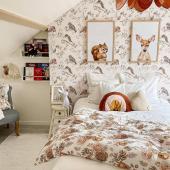 Magnifique chambre chez @ballantray ! Je suis sous le charme et vous ?  Papier peint : Oiseaux sur ciel blanc gris. Ce modèle de papier peint existe aussi en version fond beige-  Oiseaux dans les feuillages.  Suspension : @sillyetbilly    #kidsroom #babyroom #decorationinterieur #decorforkids #kidsdecor #decochambrebebe #chambrebebe #chambreenfant #chambrebebefille #papierpeint #papierpeintenfant #oiseau #futuremaman #nature #decomurale #bebe #papierpeintbebe #dekornik #petibisonboutique #romantique #oiseaux #decorationinterieur