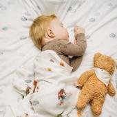 Ce maxi lange en bambou imprimé oursons sera parfait pour les siestes de vos petits :-).  Dessins  peints à l'aquarelle :-)  #kidsroom #babyroom #decorationinterieur #decorforkids #kidsdecor #decochambrebebe #chambrebebe #chambreenfant #futuremaman #nature #bebe  #petibisonboutique #langebébé #litbebe ##bébé #nuages #oursons #layette #langebébé