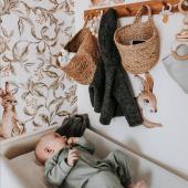 Un si joli coin de change bébé !  Qu'en pensez-vous ?  Il est décoré de stickers lapins et le  mur est tapissé  de papier peint lapins dans les bois -fond clair :-)   Photo : @whatscookingannamaria  #kidsroom #babyroom #decorationinterieur #decorforkids #kidsdecor #decochambrebebe #chambrebebe #chambreenfant #chambrebebefille #papierpeint #papierpeintenfant #lapins #stickers #futuremaman #nature #decomurale #bebe #papierpeintbebe #dekornik #petibisonboutique #stickersenfants