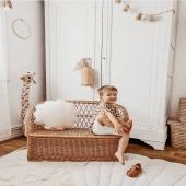 Dans un adorable univers de Gabin :)  Tapis et coussin coquillage sable en lin sont disponibles sur petitbison :-)  Photo : @kelly_dcsta  #kidsroom #babyroom #decorationinterieur #decorforkids #kidsdecor #decochambrebebe #chambrebebe #chambreenfant #futuremaman #nature  #papierpeintbebe #moimili #petibisonboutique  #decointerieur  #chambre #naturel