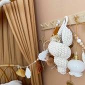 Bonne idée de mettre des jolies fleurs séchées dans ce coquillage long en crochet :-) À retrouver sur petitbison.fr :-)   Photo : @jaleemom  Magnifiques fleurs séchées sont à retrouver sur @jaleeshopfr :-)    #kidsroom #babyroom #decorationinterieur #decorforkids #kidsdecor #decochambrebebe #chambrebebe #chambreenfant #chambrebebefille #papierpeint  #fleurs #futuremaman #nature #decomurale  #supcio #petibisonboutique #romantique #chambrebébé