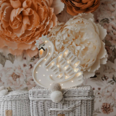 Veilleuse cygne en blanc avec une magnifique couronne de fleurs peinte à la main.  Disponible sur petitbison.fr :-)  #decochambrebebe #decoenfant #chambreenfant #chambrebebe #lampeenfant #chambrebébé #veilleuse #cygne  #lampebebe #bebe #cadeaunaissance #cadeaudenaissance #futuremaman #petitbisonboutique #littlelights #bois  #lampe #instadeco #chambre #kidsroom #kids