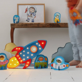 De la couleur ! Cette jolie veilleuse en bois en bleu et rouge est disponible sur petitbison.fr :-)   #kidsroom #babyroom #decorationinterieur #decorforkids #kidsdecor #decochambrebebe #decoenfant #chambreenfant #chambrebebe #lampeenfant #veilleuse #fusée #lampebebe #bebe #cadeaunaissance #cadeaudenaissance #futuremaman #petitbisonboutique #littlelights #bois #lampe #instadeco #decointerieur