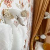 Jolis détails de ce magnifique cygne en lin et en dentelle ! Il peut être suspendu au dessus d'un lit ou sur un mur :-) Le papier peint est le modèle fleurs d'automne :-)  Magnifique photo par @jaleemom :-)  #kidsroom #babyroom #decorationinterieur #decorforkids #kidsdecor #decochambrebebe #chambrebébé #chambrebebe #chambreenfant  #papierpeint #papierpeintenfant #fleurs #futuremaman #nature #decomurale #bebe #papierpeintbebe #dekornik #petibisonboutique #romantique #cygne #oiseau #lovemedecoration #decointerieur