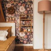 Inspiration chambre d'enfant ! Un seul mur plein de couleurs suffit pour créer une jolie ambiance dans la chambre de votre enfant. Ce magnifique papier peint à fleurs est un modèle: Bouquet de fleurs - tons violets Lampadaire : modèle avec pied en bois naturel huilé et abat-jour en lin rose poudré  Disponible sur petitbison.fr :-)  Photo : @danusiowo #kidsroom #babyroom #decorationinterieur #decorforkids #kidsdecor #decochambrebebe #chambrebebe #chambreenfant #chambrebebefille #papierpeint #papierpeintenfant #fleurs #futuremaman #nature #decomurale #bebe #papierpeintbebe #dekornik #petibisonboutique #romantique #chambrebébé #inspirationchambre