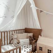 Magnifique chambre bébé  chez @jaleemom ! Ce joli lit bébé 60 cm x 120 cm est un Noble cot vintage couleur noyer clair transformé en petit lit junior grâce à une barrière de lit Noble daybed vintage.  Le beau sticker cygne complete ce joli coin :-)   Tout est disponible sur petitbison.fr :-)   #kidsroom #babyroom #decorationinterieur #decorforkids #kidsdecor #decochambrebebe #decoenfant #chambreenfant #chambrebebe #decomurale #stickers #litbébé  #litbebe  #petitbisonboutique #dekornik #futuremaman #woodiessafefordreams #woodies #cygne #bebe2021