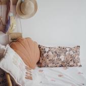 Un petit coin plein de douceur chez @clelia.lam :-) Le coussin coquillage couleur Papaya en lin et coton est disponible en ligne :-) Vous y trouverez également un tapis coquillage de la même couleur :-)  #kidsroom #babyroom #decorationinterieur #decorforkids #kidsdecor #decochambrebebe #chambrebebe #chambreenfant #futuremaman #nature #bebe #petibisonboutique #coussin #coquillage #decointerieur #moimili #cadeaunaissance #cadeaudenaissance