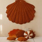 Couleur Caramel ! Vous avez au choix un joli coussin en forme de coquillage ou de feuille mais aussi un tapis coquillage ! Toutes ces merveilles sont fabriquées en lin et coton :-)   #kidsroom #babyroom #decorationinterieur #decorforkids #kidsdecor #decochambrebebe #chambrebebe #chambrebébé #chambreenfant #chambrebebefille #futuremaman #nature  #bebe #moimili #petibisonboutique #tapis #coussins #couquillage #lin